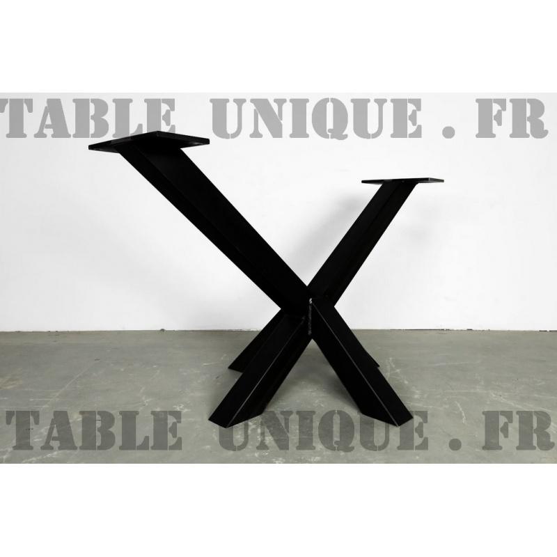 Pied De Table Central En Acier Avec Une Forme Inhabituelle
