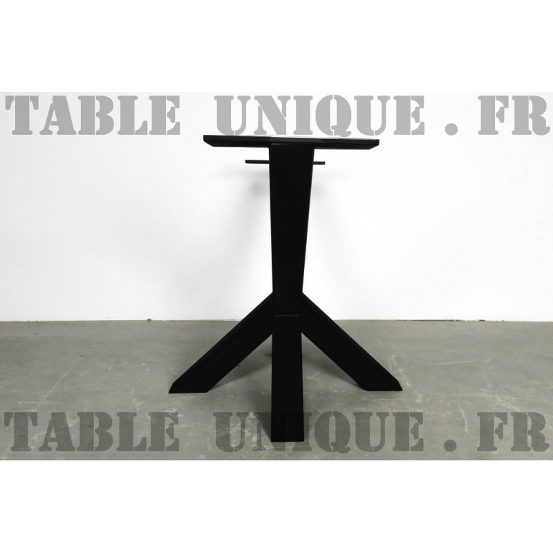 Pied de table central en acier avec une forme inhabituelle - Pied central de table ...